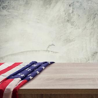 Bandiera USA su sfondo di legno e cemento di cemento con spazio