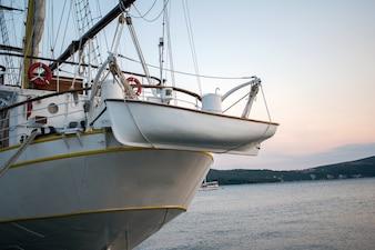 Barca trasporta barca ausiliaria
