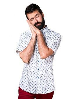 Bel uomo brunetta con la barba facendo gesto di sonno