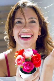 Bella donna con fiori a casa