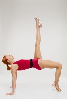 Bella donna di fitness che esegue handstand