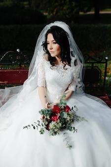 Bella donna in posa con bouquet