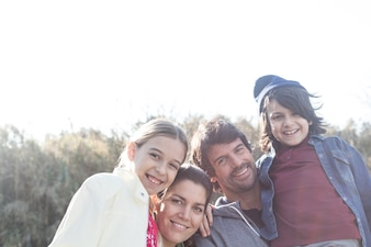 Bella famiglia godendo all'aperto