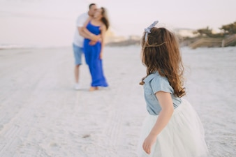 Bella famiglia sulla spiaggia