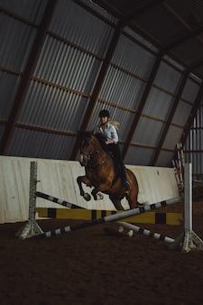 Bella ragazza che cavalca un cavallo