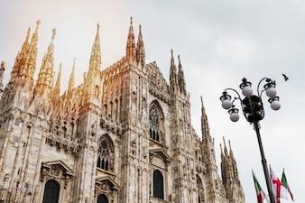 Bella vista panoramica del Duomo di Milano con grande lampione stradale. Italia.