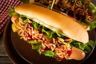 Bellissimo gustoso classico cane caldo tradizionale con salsicce e ke
