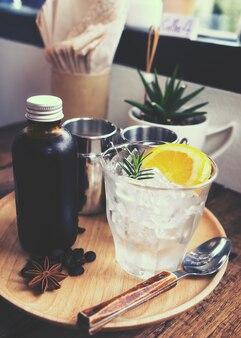 Bevanda di caffè di estate miscelato freddo sul tavolo in caffè, tono di colore vintage