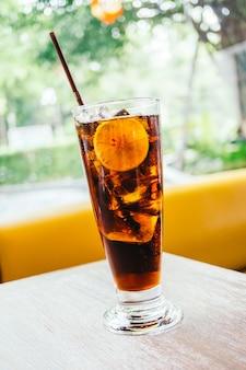 Bevanda di cola ghiacciata in vetro