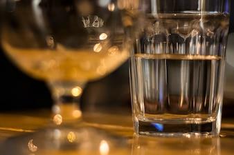 Bicchiere d'acqua sul tavolo di legno alla vigilia di Natale