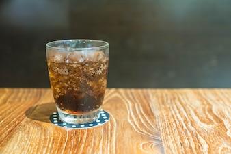 Bicchiere di cola con ghiaccio