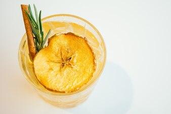 Bicchieri di mele cocktail ghiacciati