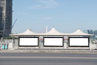 Billboard, banner, vuoto, bianco, ad una fermata dell'autobus