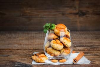 Biscotti fatti in casa di mandorle su un tavolo shabby sfondo in legno.
