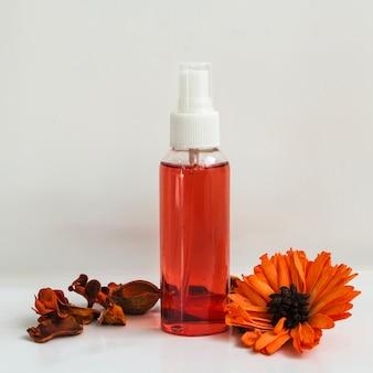 Bottiglia di lozione e fiore
