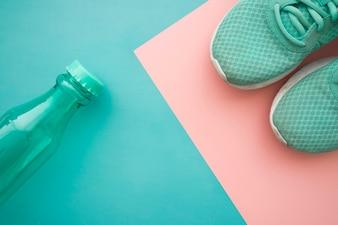 Bottiglia e scarpe