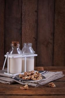 Bottiglie di latte e noci