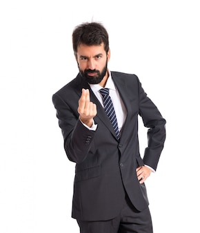 Businessman facendo gesto di denaro su sfondo bianco
