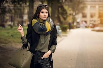 Businesswoman chiamando utilizzando sorpresa femminile urbano