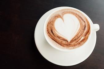 Cadere cappuccino caldo schiuma di latte