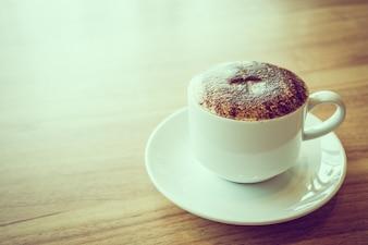 Caffè cappuccino in tazza bianca