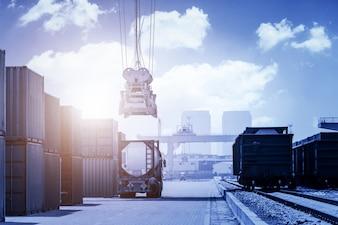 Camion nel porto di carico