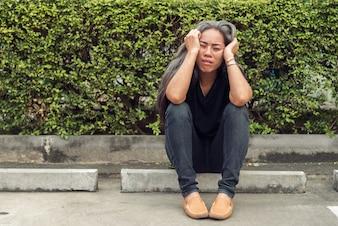 Capelli grigi donna con espressione di faccia stressata preoccupata