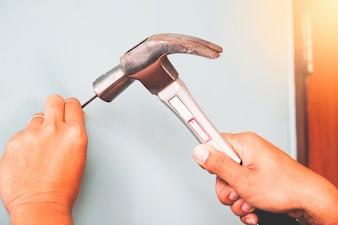 Capentro azienda martello colpito unghie, concetto di costruzione
