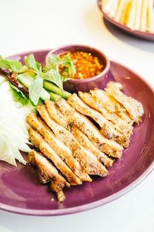 Carne di maiale alla griglia con salsa piccante