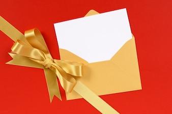 Cartolina di Natale con fiocco regalo in oro