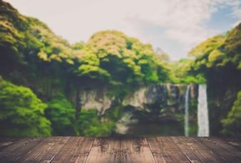 Cascata con alberi verdi ai lati