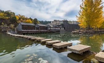 Case in mattoni nella Cina nord-occidentale, edifici antichi per i turisti a guardare, autunno, foglie d'oro