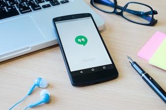 Cellulare dati editoriali digitale moderno verde