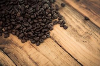 Chicchi di caffè su un tavolo di legno