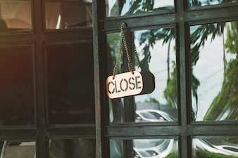 Chiudere il segno in un negozio porta concetto per Il negozio si chiude