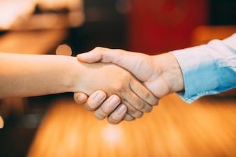 Chiuso irriconoscibile gesto scuotendo la stretta di mano