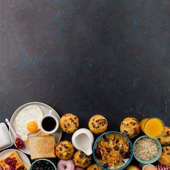 Cibo per la colazione sul tavolo nero
