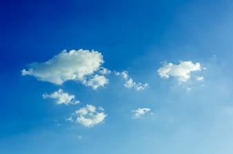 Cielo blu e nuvole bianche