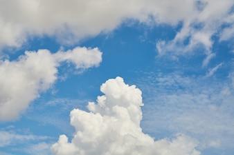 Cielo blu e nuvole sfondo