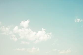 Cielo in giornata di sole con nuvole bianche, colore d'epoca tonica