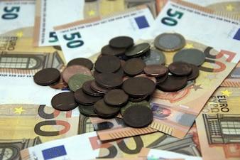 Cinquanta banconote in euro sfondo con le monete