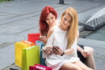 Clienti che utilizzano smartphone a fontana