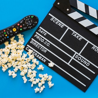 Close up concetto di film con clapperboard e popcorn