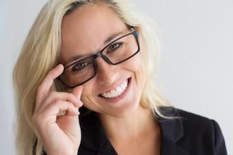 Close-up di allegra giovane donna che indossa occhiali