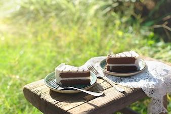 Close-up di due piatti con un pezzo di torta