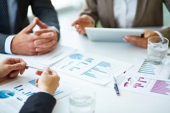 Close-up di imprenditori lavorare con i documenti
