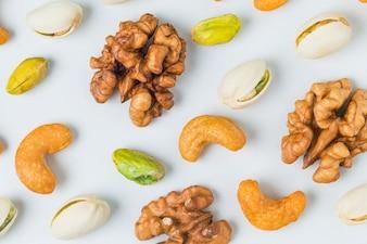 Close-up di noci con pistacchi