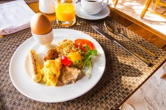 Closeup di omelette di uova per la prima colazione.