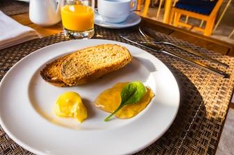 Colazione con pane tostato e caffè. .