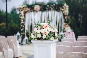 Colonna con ricco bouquet di rose si trova fuori
